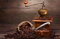Gammalt kaffe bearbetar med maskin Arkivbild