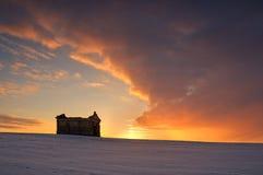 Gammalt kapell Interestingly under solnedgång i vinter Arkivbilder