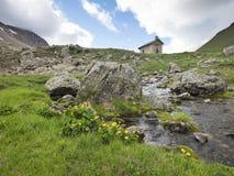 Gammalt kapell nära sänka de vars i franska fjällängar av haute provence royaltyfri foto