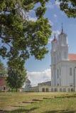 Gammalt katolsk kyrka i den lilla Lettland staden Dviete Arkivfoto