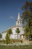 Gammalt katolsk kyrka i den lilla Lettland staden Ilukste Royaltyfri Bild