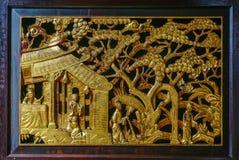 Gammalt kinesiskt fönster med träskulptur royaltyfri bild