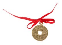 Gammalt kinesiskt mynt med ett rött band Arkivbilder