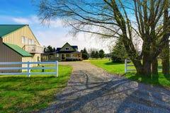 Gammalt klassiskt amerikanskt hus med farstubron fotografering för bildbyråer