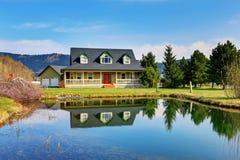 Gammalt klassiskt amerikanskt hus med farstubron royaltyfri fotografi