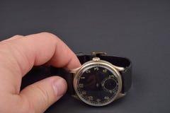 Gammalt klassiskt armbandsur för man på svart Royaltyfria Bilder