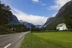Gammalt klassiskt hus i norska berg Arkivbilder