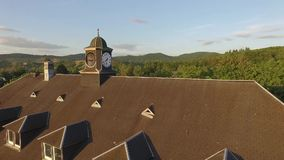 Gammalt klocka-torn i solnedgång stock video