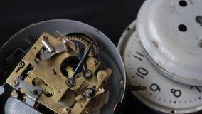 Gammalt klockamekanismarbete, closeup som skjutas med den mjuka fokusen Slut upp av en mekanism för inre klocka Tappningklockakug