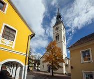 Gammalt klockatorn av den kyrkliga Maria Verkuendigung i staden av Spittal en der Drau, Österrike royaltyfria bilder