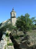 Gammalt klockatorn i Nafplio med den Palamidi slotten i bakgrunden. Royaltyfri Bild