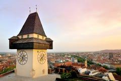 Gammalt klockatorn i staden av Graz, Österrike Royaltyfria Bilder