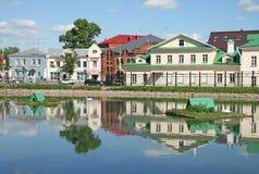 Gammalt klosterhotell på bankerna av det vita dammet MOSKVAREGION, SERGIYEV POSAD, RYSSLAND Royaltyfria Foton