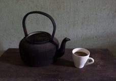Gammalt kokkärl och kaffe Royaltyfria Bilder