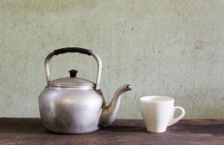 Gammalt kokkärl och kaffe Royaltyfri Foto