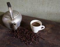 Gammalt kokkärl och kaffe Arkivfoton