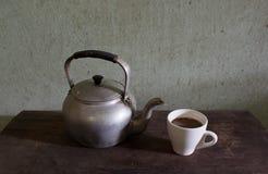 Gammalt kokkärl och kaffe Arkivbilder