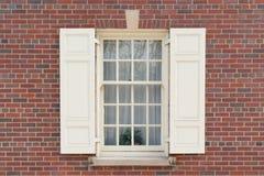 Gammalt kolonialt fönster på tegelstenbyggnad arkivfoto