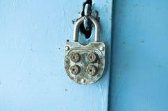 Gammalt kombinationslås på dörren Arkivbild