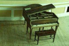 Gammalt konsertpiano Fotografering för Bildbyråer