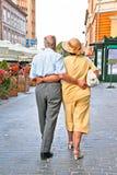 Gammalt koppla ihop att gå på Piata Sfatului i Brasov, Rumänien. Arkivfoto