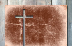 Gammalt kors för tappningkristenpapper på wood bakgrund Royaltyfria Bilder