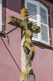 Gammalt kors i den lilla staden, Alsace, Frankrike Royaltyfri Foto