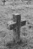 Gammalt kors i den militära kyrkogården svart white Royaltyfri Bild