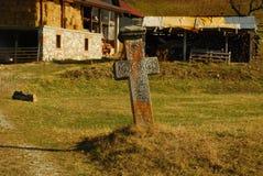 Gammalt kors i den Transilvania byn Royaltyfri Bild