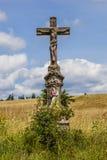 Gammalt kors i fältet, Tjeckien Arkivfoton
