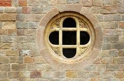 Gammalt kors i stenfönster Arkivbild