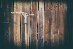 Gammalt kratta på bakgrunden av träladugården, retro effekt, Ukraina Fotografering för Bildbyråer