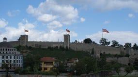 Gammalt krigfort med flaggor och från stenen Arkivfoton