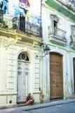 Gammalt kubanskt flickasammanträde som ser gatan av den gamla havanaen royaltyfri bild