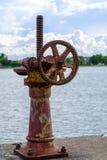 Gammalt kugghjul och rostad kugghjulmekanism, kuggekugghjulhjul för vatten Royaltyfria Bilder