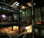 Gammalt kusligt, mörkt och att förfalla, destruktiv smutsig fabrik royaltyfri foto
