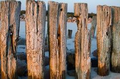 Gammalt kust- skydd med en vågbrytare Royaltyfri Bild