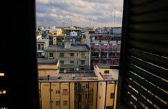Gammalt kvarter av den Bari staden från fönstret med slutare, Puglia, Italien royaltyfria bilder
