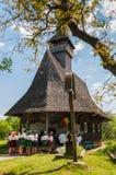 Gammalt kyrka och folk i en helig dag Royaltyfri Foto