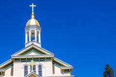 Gammalt kyrkliga Klocka torn med korset Arkivfoton