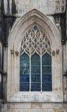 Gammalt kyrkligt fönster med detaljer Arkivbild