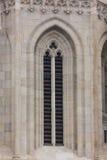Gammalt kyrkligt fönster som visar mycket detalj och textur Arkivbilder