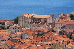 Gammalt kyrkligt near hav i det Dubrovnik fästet Arkivfoto