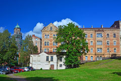 Gammalt lägenhethus och klockatorn i Vyborg, Ryssland Royaltyfri Bild