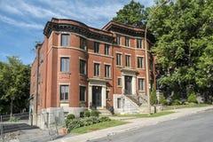 Gammalt lägenhettegelstenhus fotografering för bildbyråer