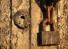 Gammalt lås, gammal trädörr Royaltyfria Bilder