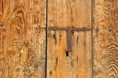 Gammalt lås i en wood dörr Royaltyfri Fotografi