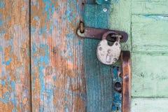 Gammalt lås på dörr arkivfoton