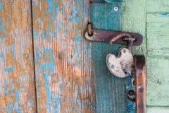 Gammalt lås på dörr royaltyfri foto