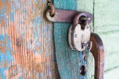 Gammalt lås på dörr fotografering för bildbyråer